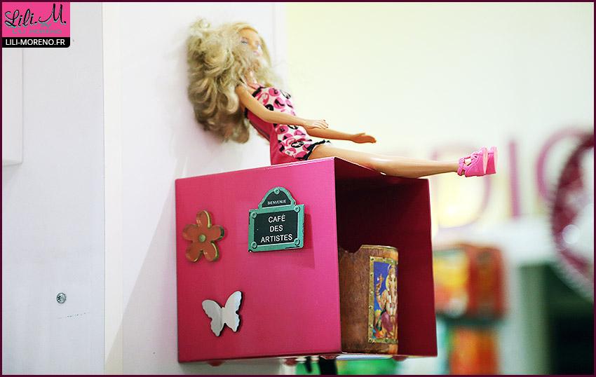 Une Barbie défoncée près du café des artistes