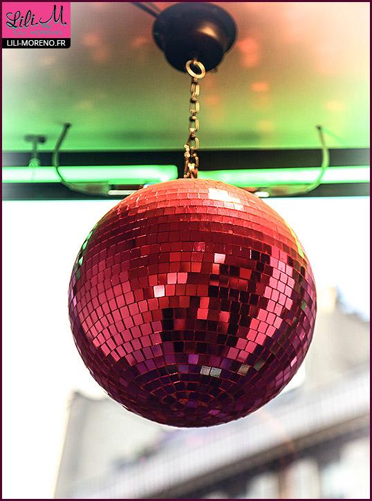 Une boulle à facettes rose...dans la vitrine